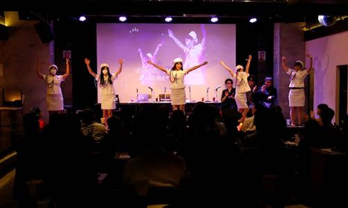 Buổi biểu diễn của câu lạc bộ trước công chúng ở Tokyo ngày 29/10. Ảnh: Reuters.