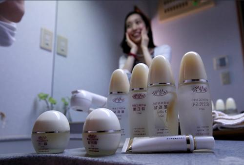 Chunhun giờ đây còn yêu thích mỹ phẩm của Triều Tiên. Ảnh: Reuters.