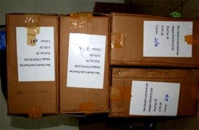 Mỗi kiện hàng chứa 30 chiếc khóa chữ viết toàn bằng tiếng Anh