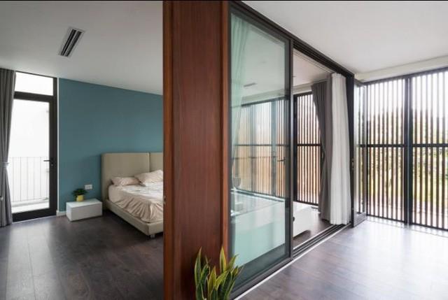 Không giống như những ngôi nhà thông thường dùng tường ngăn để đảm bảo riêng tư cho phòng ngủ. Chủ căn biệt thự này lại chọn tường kính trong suốt để đảm bảo không gian luôn rộng thoáng cho toàn bộ ngôi nhà.