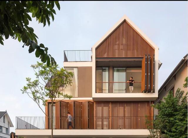 Toàn bộ mặt tiền ngôi nhà được sử dụng hệ lam gỗ di động khiến cho ngôi nhà này trở nên đặc biệt, lạ mắt và là điểm nhấn ấn tượng nhất thu hút mọi ánh nhìn.
