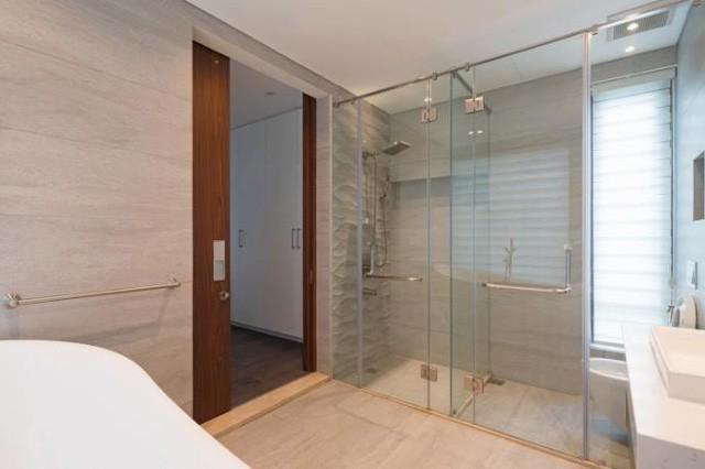 Khu nhà tắm và vệ sinh được rộng rãi và hiện đại.