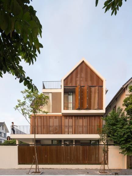 Hệ thống lam gỗ linh hoạt brile-soleil có khả năng đóng mở linh hoạt khi cần thiết. Đây là một giải pháp thông minh vừa bảo đảm chắn nắng, điều chỉnh ánh sáng, an ninh và thâm chí là mở rộng tầm nhìn cho ngôi nhà.