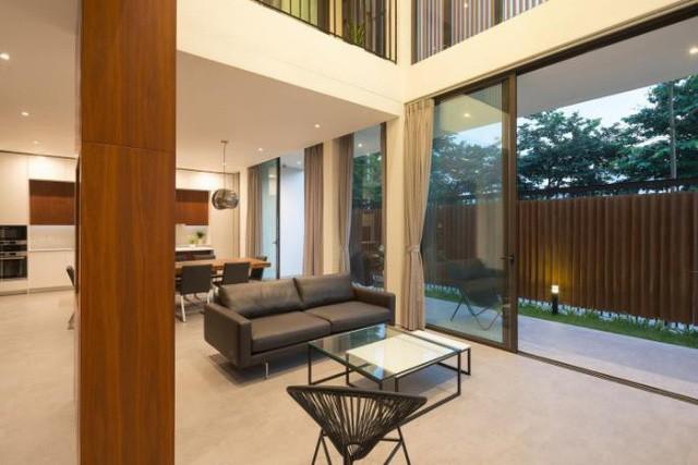 Trên tổng diện tích sàn 350m2, căn biệt thự được thiết kế 3 tầng với không gian tầng 1 là phòng khách, bếp, khu vực ăn uống nhà vệ sinh và một phòng ngủ rộng. Ngoài ra còn có khu vực để ô tô và những khu vườn nhỏ chạy dọc ngôi nhà.