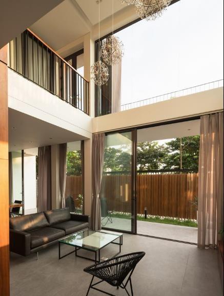 Phòng khách rộng thoáng với view nhìn ra bên ngoài tuyệt đep. Toàn bộ bức tường trước nhà được làm bằng kính cường lực trong suốt giúp mở rộng không gian và tầm nhìn cho người trong nhà.