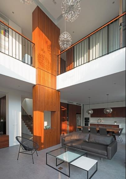 Không gian bếp và bàn ăn được thiết kế mở trong cùng một không gian với phòng khách.