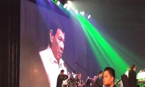 Tổng thống Philippines Duterte hát tại tiệc theo đề nghị của ông Trump