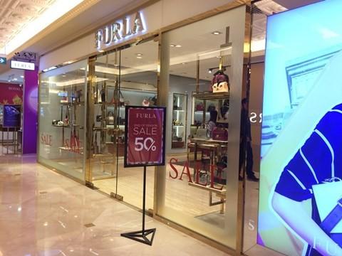 black_friday_3 Chen bẹp ruột ở cửa hàng bình dân, Trung tâm thương mại sang chảnh vắng khách đến kinh ngạc!