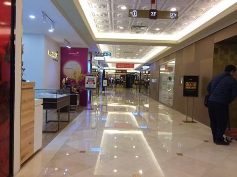 black_friday_4 Chen bẹp ruột ở cửa hàng bình dân, Trung tâm thương mại sang chảnh vắng khách đến kinh ngạc!