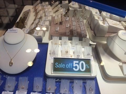 black_friday_7 Chen bẹp ruột ở cửa hàng bình dân, Trung tâm thương mại sang chảnh vắng khách đến kinh ngạc!