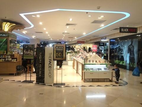 black_friday_8 Chen bẹp ruột ở cửa hàng bình dân, Trung tâm thương mại sang chảnh vắng khách đến kinh ngạc!