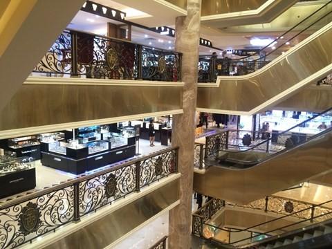 black_friday_9 Chen bẹp ruột ở cửa hàng bình dân, Trung tâm thương mại sang chảnh vắng khách đến kinh ngạc!