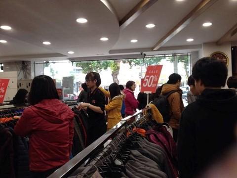 black_friday_m2 Chen bẹp ruột ở cửa hàng bình dân, Trung tâm thương mại sang chảnh vắng khách đến kinh ngạc!
