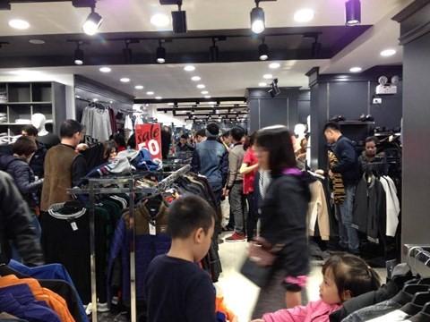 black_fridaym21 Chen bẹp ruột ở cửa hàng bình dân, Trung tâm thương mại sang chảnh vắng khách đến kinh ngạc!