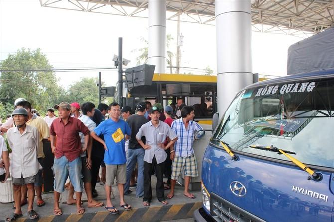 Đông đảo người dân và tài xế tập trung phản đối trạm thu phí (ảnh: Tr.L)