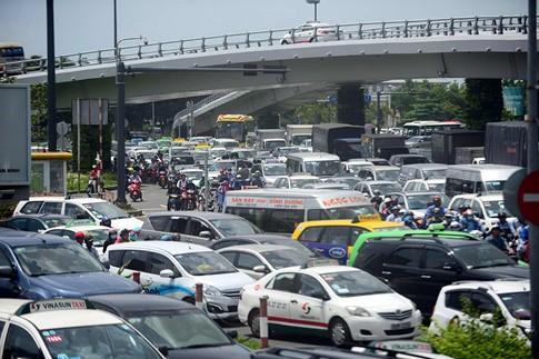 Thu phí xe 'mượn' đường vào sân bay Tân Sơn Nhất? - ảnh 4