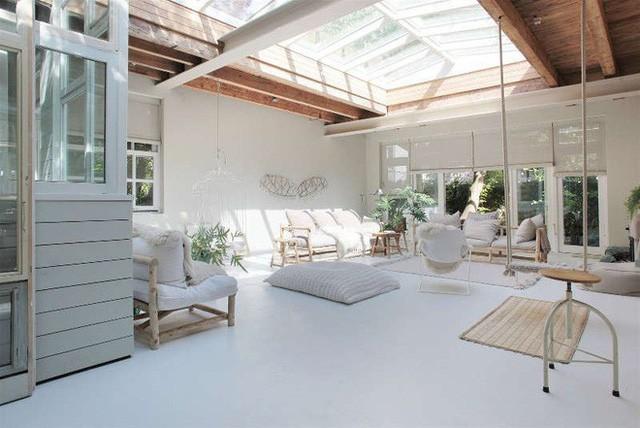 Ngôi nhà trắng đẹp như tranh vẽ với những góc nhà lung linh chẳng khác gì studio - Ảnh 2.