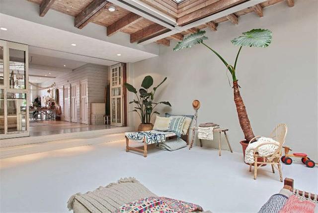 Ngôi nhà trắng đẹp như tranh vẽ với những góc nhà lung linh chẳng khác gì studio - Ảnh 3.