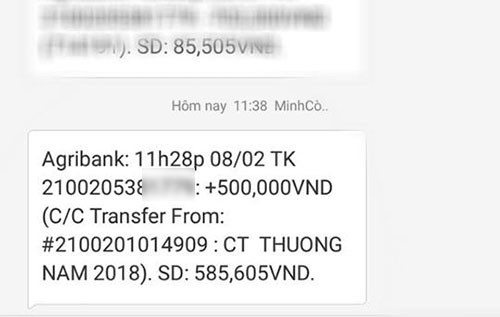 Tài khoản hiển thị số tiền thưởng Tết 500.000 của anh Văn Thắng, nhân viên một công ty thiết bị giáo dục tại Hoàng Quốc Việt, Hà Nội. Năm ngoái được thưởng 4 triệu thấy ít, năm nay tụt xuống 500.000, không biết tiêu gì luôn, anh Thắng nói.