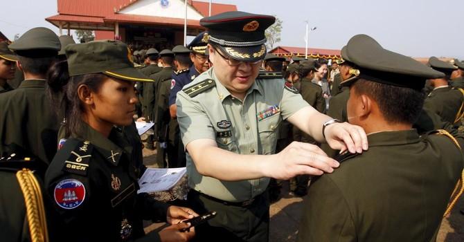 """Bắc Kinh dùng """"chiêu"""" viện trợ quân sự để tăng ảnh hưởng lên Campuchia"""