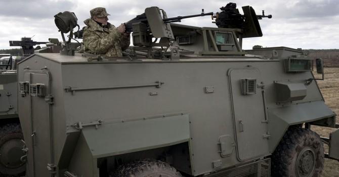 """Quân đội Ukraine """"sắm"""" lô 55 xe bọc thép Saxon của Anh"""
