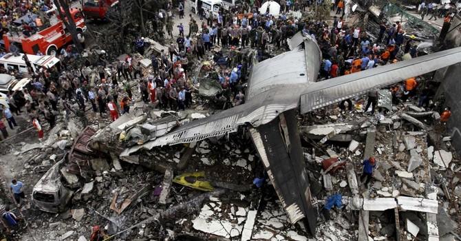 Hơn 100 người được cho là đã chết trong vụ rơi máy bay ở Indonesia