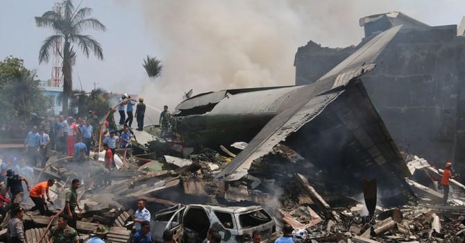 Chùm ảnh về hiện trường tan hoang của vụ rơi máy bay ở Indonesia
