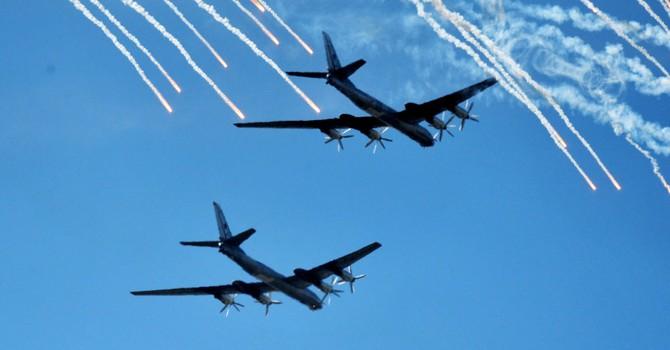 """Nga điều máy bay ném bom Tu-95 """"vờn"""" chiến đấu cơ Mỹ"""