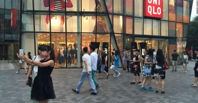 """Trung Quốc: 5 người bị bắt vì phát tán video """"nhạy cảm"""" quay ở cửa hiệu Uniqlo"""