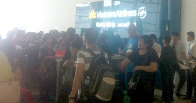 Khách đi máy bay về Việt Nam, hành lý kẹt ở Pháp