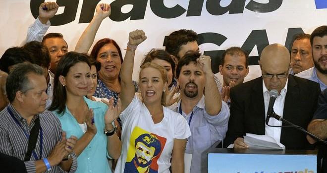Khi cờ trong tay phe đối lập Venezuela