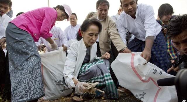 Bà Aung San Suu Kyi đi nhặt rác ở ngoại ô Yangon