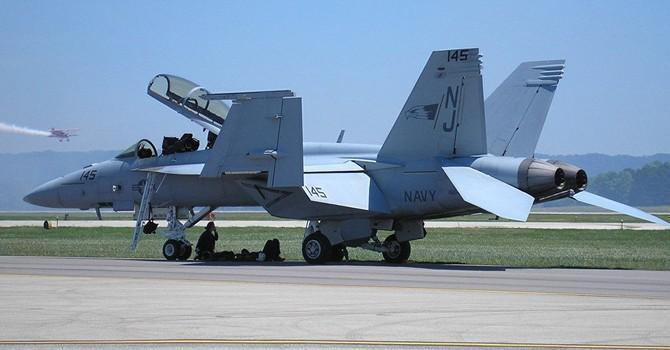 Xe địa hình xé nát đuôi máy bay chiến đấu trị giá 60 triệu USD