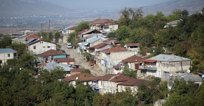 Azerbaijan tiếp tục dùng xe tăng, sung bắn vào các làng Karabakh
