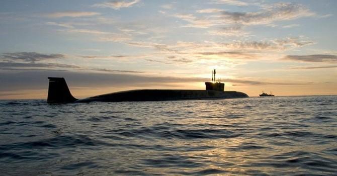 Tàu Hải quân Anh kèm chặt tàu ngầm Nga trên Biển Bắc