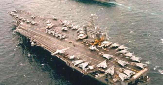 Chiến hạm Trung Quốc bám tàu sân bay Mỹ trên Biển Đông