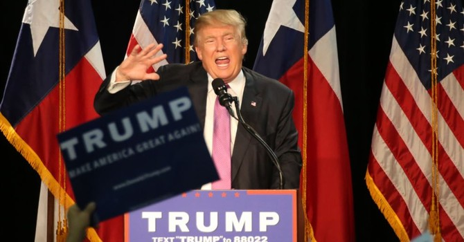 """Ông Donald Trump """"dùng từ ngữ thô tục"""", đả kích ông Obama và bà Clinton"""