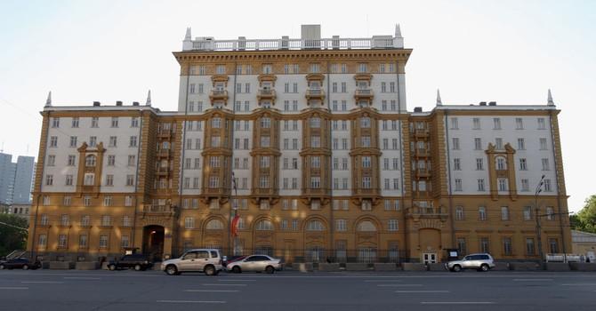 """""""Đụng độ"""" với nhân viên CIA cạnh bức tường Đại sứ quán Mỹ tại Moscow"""