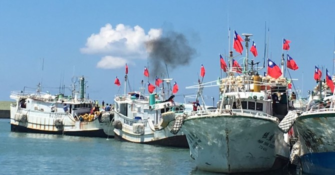 Tàu quân sự hộ tống tàu đánh cá Đài Loan tiến ra Biển Đông