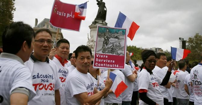 """Sống trong bất an, hàng ngàn người Hoa biểu tình tại Paris đòi """"an ninh"""""""