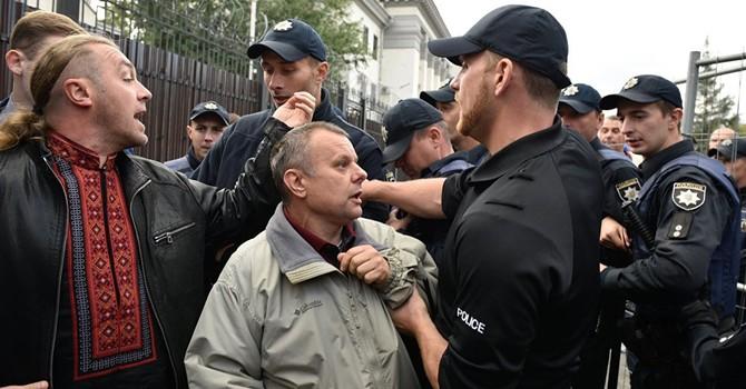 Báo Nga: Người Ukraine chặn người Nga tới đại sứ quán để bỏ phiếu ở Kiev