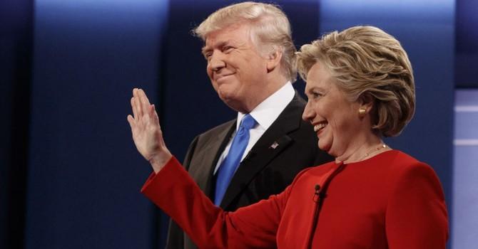 """Bà Clinton giành lợi thế tranh luận, ông Trump đổ lỗi cho micro """"tồi tệ"""""""