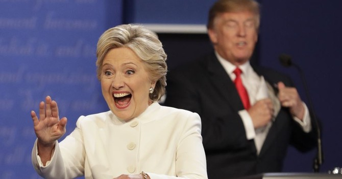 """Vụ email """"nóng"""" lên, tỷ phú Trump bất ngờ thu hẹp khoảng cách với bà Clinton"""