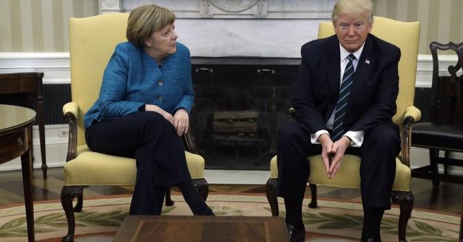 Vì sao ông Trump không bắt tay bà Merkel?