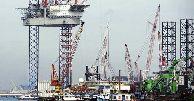 Nhiều yếu tố bất lợi đẩy giá dầu giảm