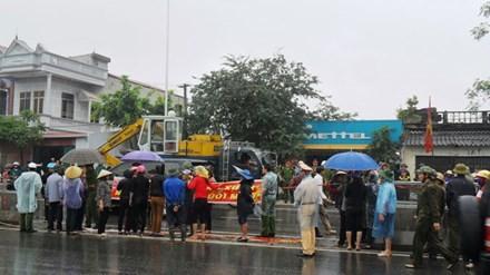 Dân đòi tháo dải phân cách, mở lối sang đường