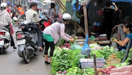 Nắng nóng, dịch vụ đi chợ thuê hốt bạc