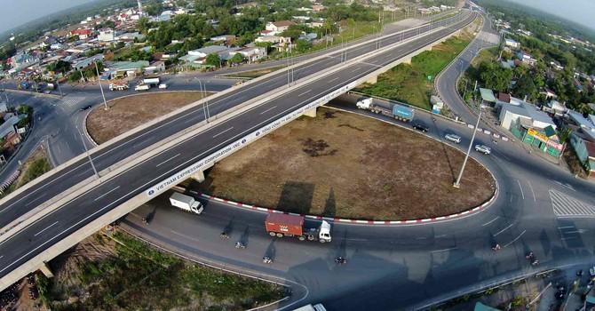 """Địa ốc 24h: Cao tốc 26 triệu USD/1km, Việt Nam """"chơi sang"""" hơn cả Mỹ?"""