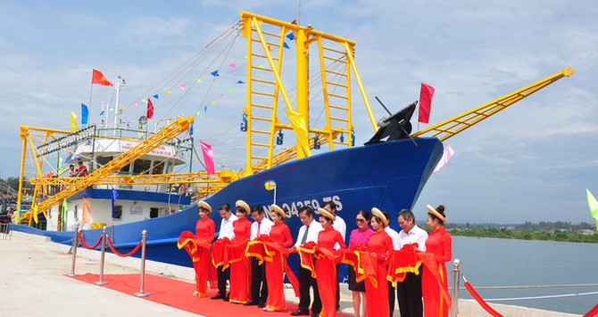 Tàu vỏ thép 6 cần cẩu cho ngư dân Quảng Ngãi