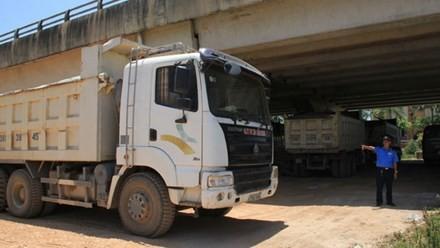 """Điều xe đặc chủng từ Hà Nội vào Thanh Hóa """"xử"""" xe quá tải"""